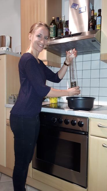 Frauen, die täglich kochen